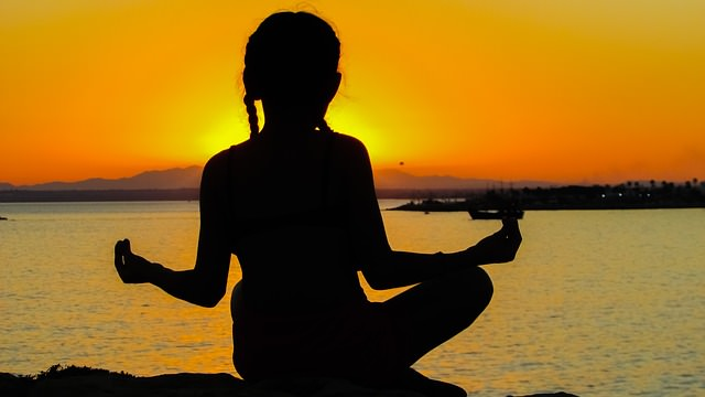 Dziewczyna medytująca na plaży