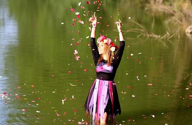 Dziewczyna w wianku i kwiatami
