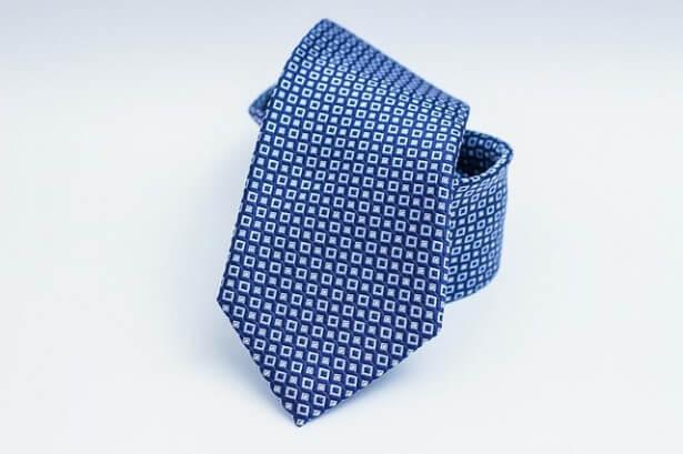 fioletowy krawat w kwadraty