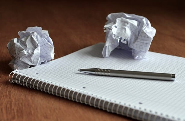 pomięte kartki i niezapisany notes