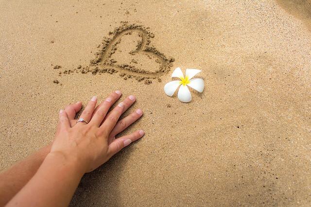 Ręce złączone na piasku