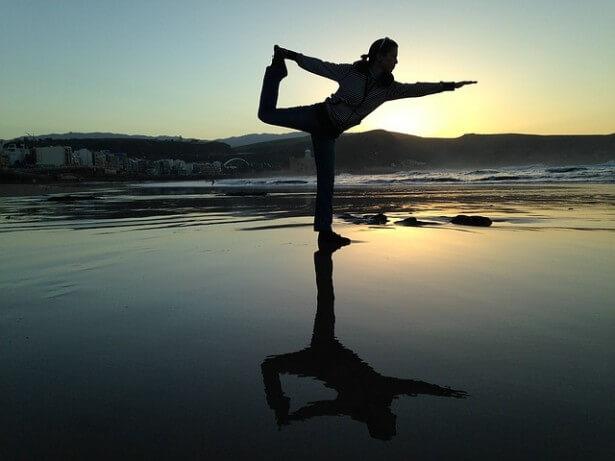 dziewczyna ćwiczy jogę