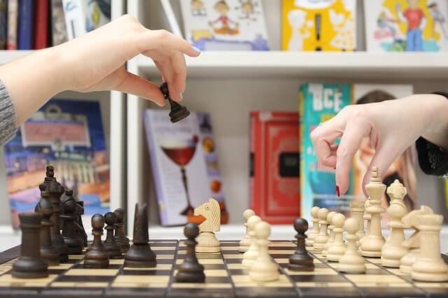 Kobiety grają partię szachów