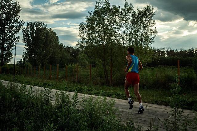 Mężczyzna w sportowym stroju biega