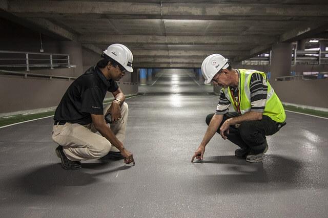 Dwóch robotników w kondygnacji podziemnej