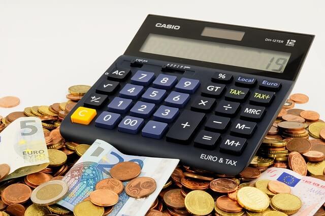 Kalkulator w tle stosu monet