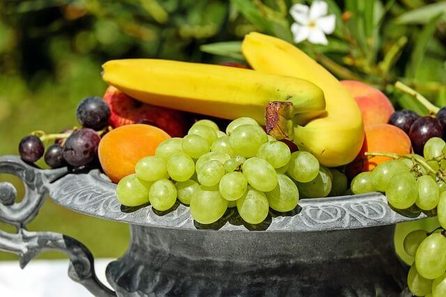 Pyszne owoce podane na półmisku