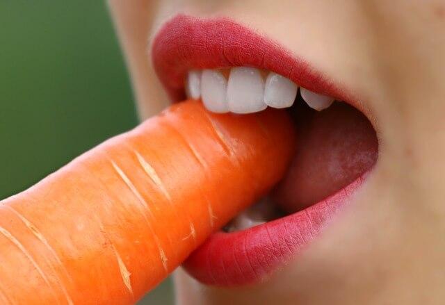 Białe zęby i marchewka