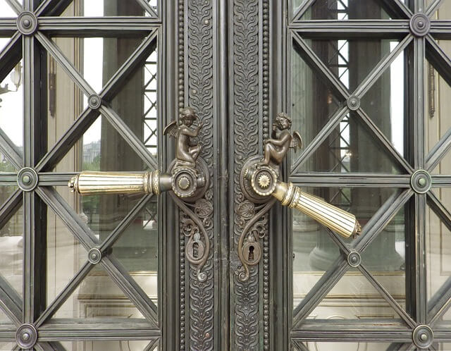 ozdobne klamki przy drzwiach