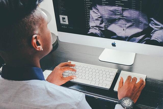 mężczyzna robiący e-learning