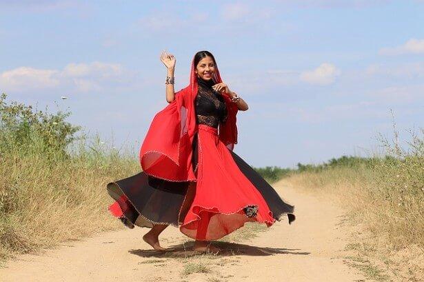 Kobieta tańczy w stroju bollywood