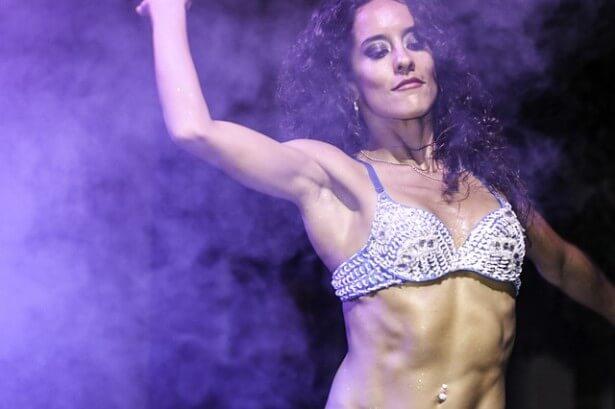 Kobieta tańczy zumbę