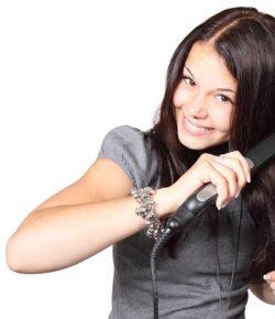 Jak wzmocnić włosy? Sposoby na słabe, wypadające i zniszczone włosy