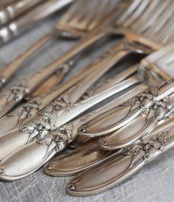 Jak czyścić srebro? 5 domowych sposobów na błyszczące sztućce i srebrną biżuterię