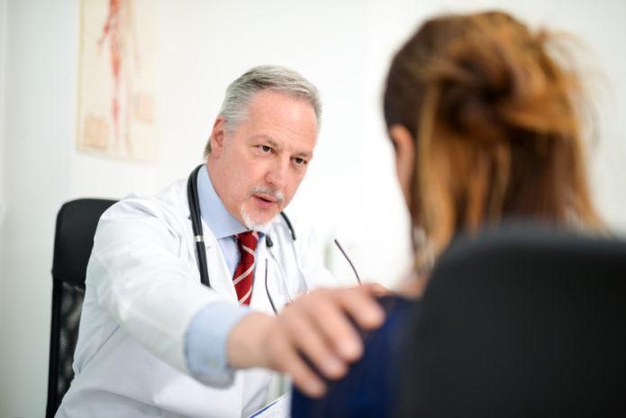 Lekarz z pacjentką w gabinecie