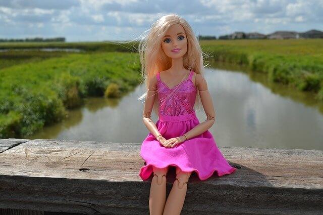 Lalka Barbie nad jeziorem