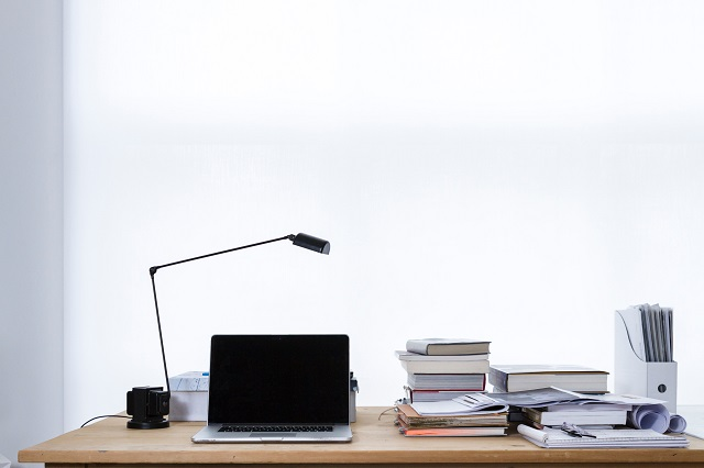 Biurko z komputerem i dokumentami