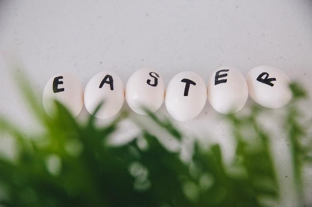 Napis wielkanoc na jajkach